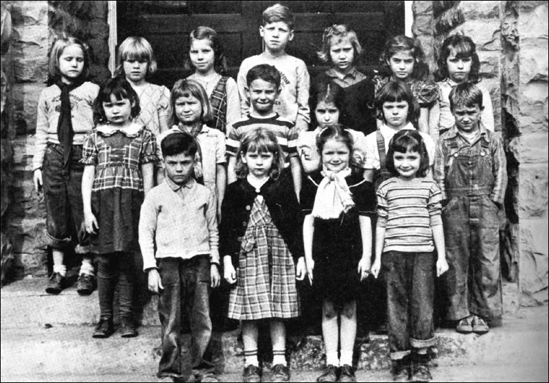 http://www.caverun.org/images/old_time_photos/Farmers_School_First_Grade_Class.jpg